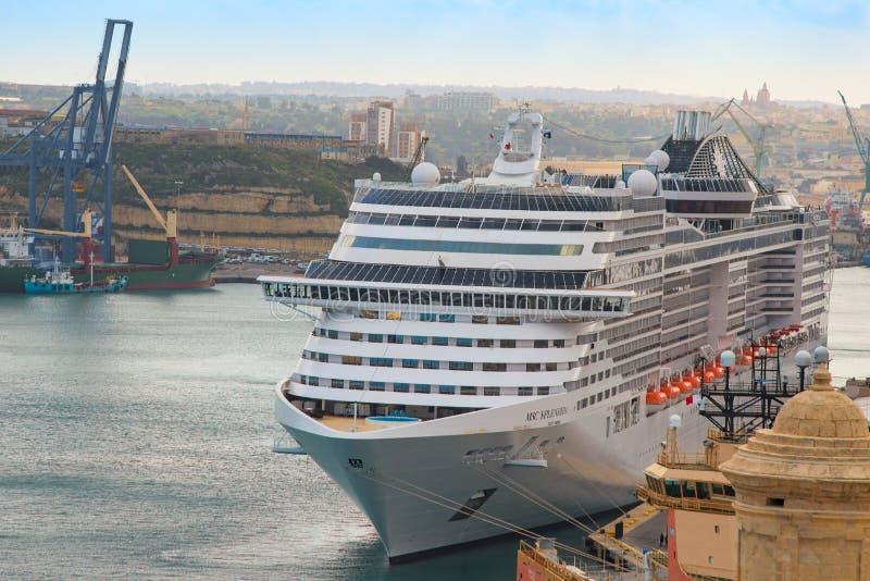Vooraanzicht van het schip van de de luxecruise van doctorandus in de exacte wetenschappensplendida in haven Valletta wordt vastg stock foto