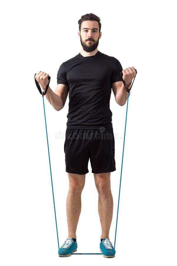 Vooraanzicht van jonge geschiktheids model doende bicep krullen met elastiekjes stock foto's
