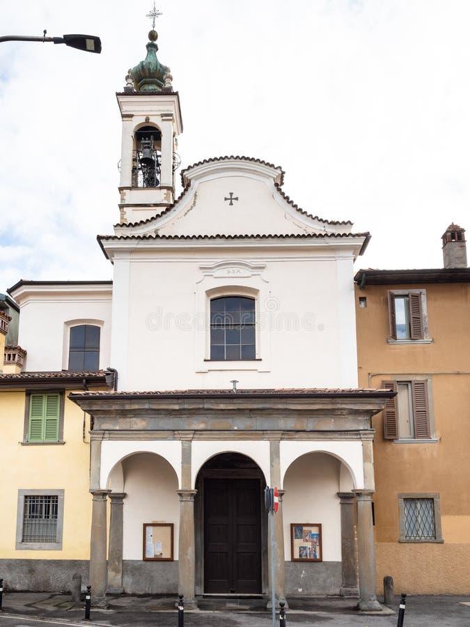 Vooraanzicht van kerk Chiesa Di San Lazzaro Bergamo stock afbeeldingen