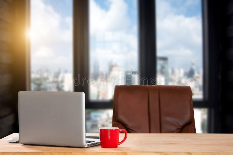 Vooraanzicht van kop en laptop op lijst stock afbeelding