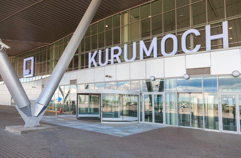 Vooraanzicht van Kurumoch-Luchthaven in de zomer zonnige dag stock afbeeldingen
