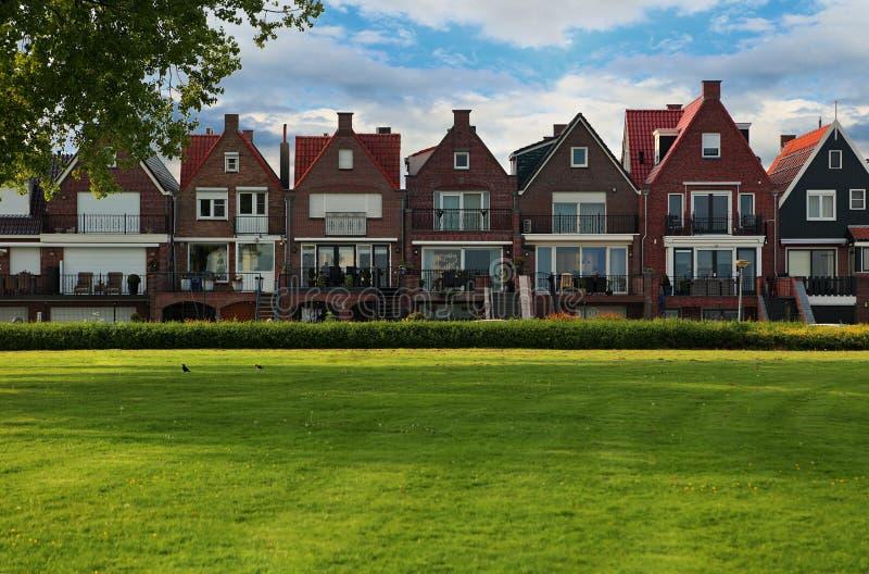 Vooraanzicht van Nederlandse landelijke kleine nieuwe huizen in platteland met g stock foto's