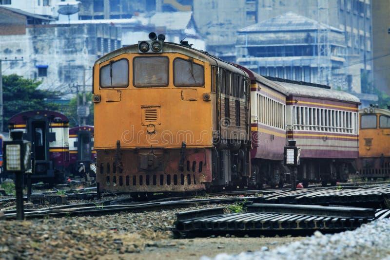 Vooraanzicht van oude het diesel treinen lopen verbinding van spoorwegen RT stock foto's