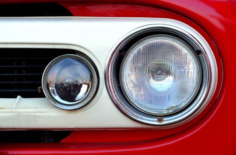 Vooraanzicht van rode vrachtwagen headlihgt stock afbeelding