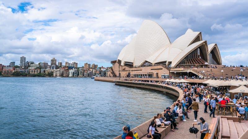 Vooraanzicht van Sydney Opera House met bar en promenadehoogtepunt van mensen in Sydney NSW Australië stock afbeeldingen