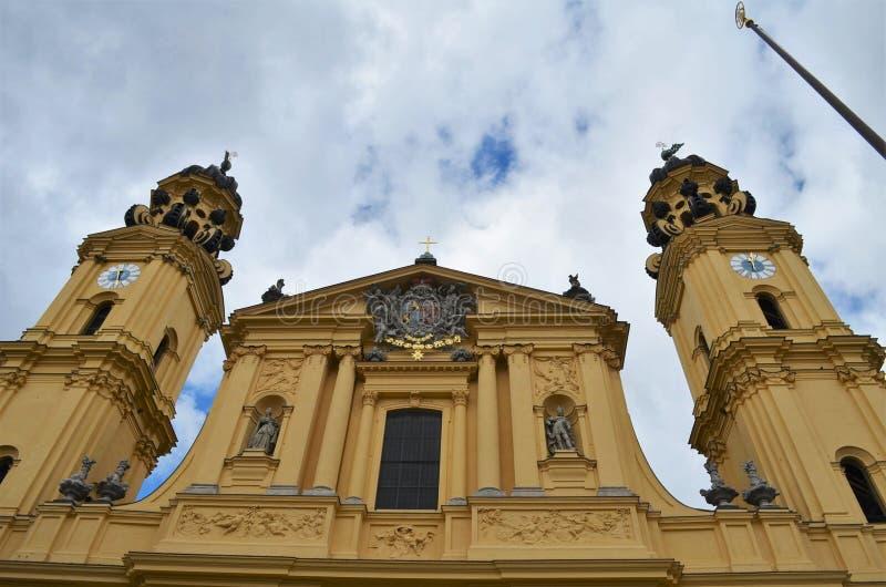 Vooraanzicht van Theatinerkirche in Odeonsplatz in München in Duitsland royalty-vrije stock afbeelding