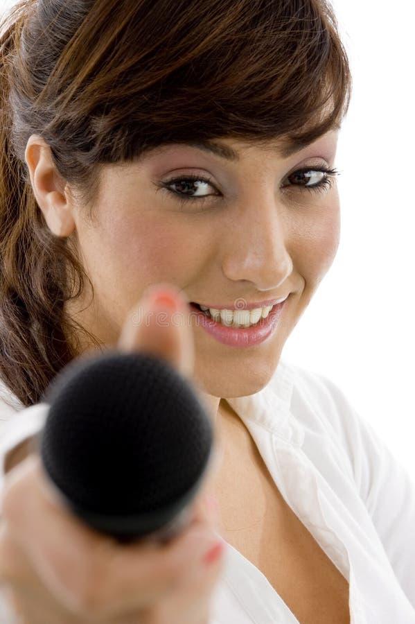 Vooraanzicht van vrouwelijke uitvoerende aanbiedende microfoon royalty-vrije stock fotografie