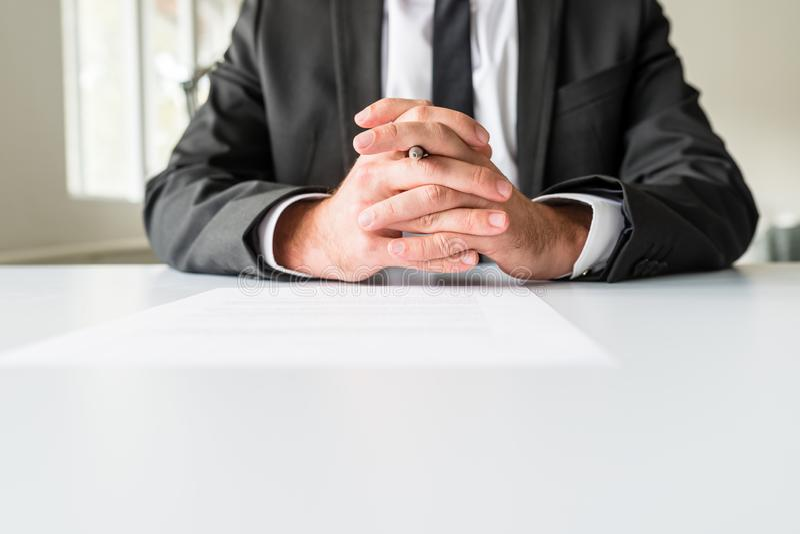Vooraanzicht van zakenmanzitting bij zijn bureau stock foto's