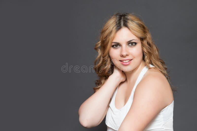 Vooraanzichtportret van glimlachende jonge langharige vrouw royalty-vrije stock fotografie