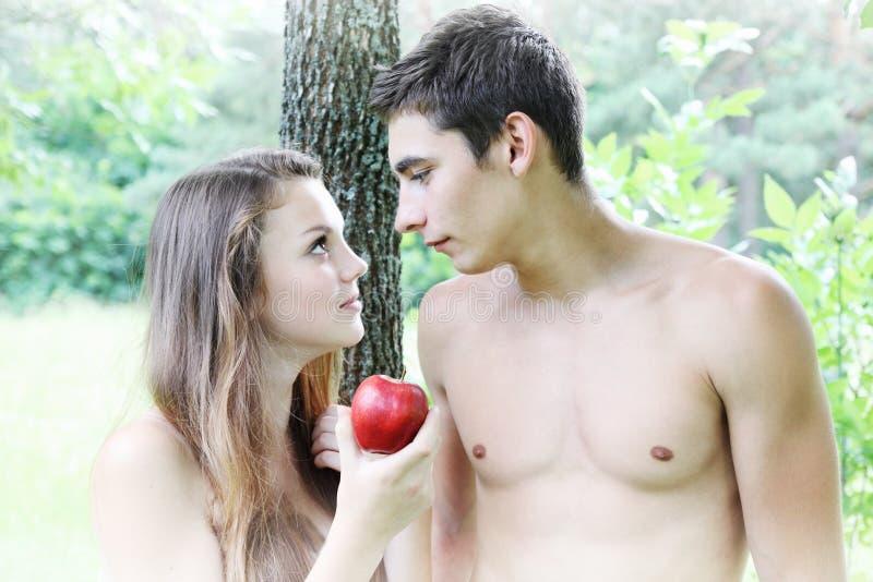 Vooravond die een appel houden royalty-vrije stock afbeelding
