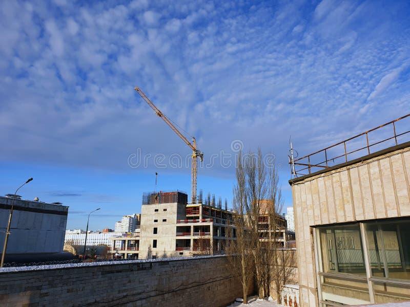 voorbeeld van de aanleg van een punt in een woongebied kraan op de bouwplaats van het gebouw royalty-vrije stock foto's