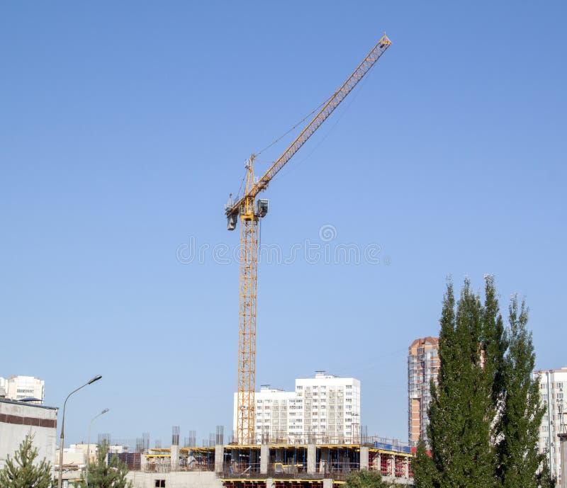 voorbeeld van puntbouw in een woonwijk kraan op de plaats van het gebouw in aanbouw royalty-vrije stock afbeelding