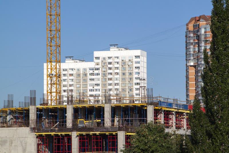 voorbeeld van puntbouw in een woonwijk kraan op Th royalty-vrije stock afbeelding