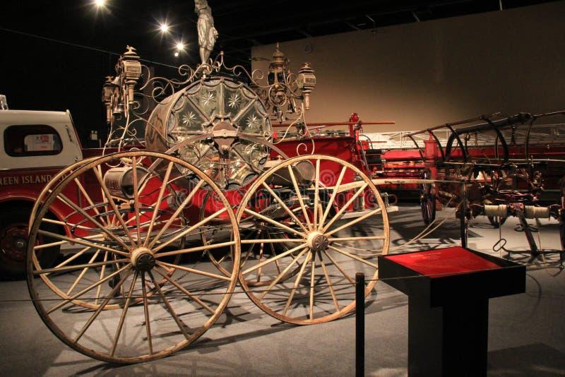 Voorbeelden van brandapparaten van de 18de, 19de en 20ste eeuw allen met een geschiedenis van de dienst het Museum in van New Yor stock fotografie