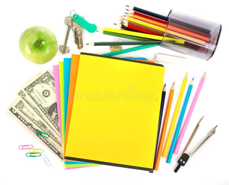 Voorbeeldenboeken met dollars en bureaumateriaal royalty-vrije stock fotografie