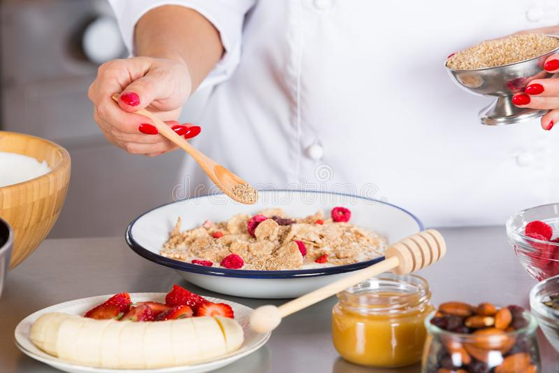 Voorbereid yoghurtdessert met graangewassen royalty-vrije stock afbeelding