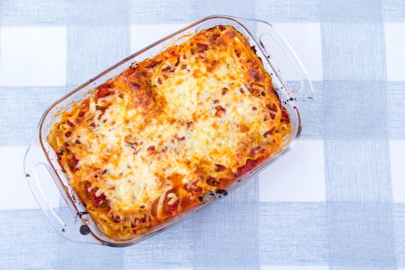 Voorbereide lasagna'sschotel over tafelkleed royalty-vrije stock foto