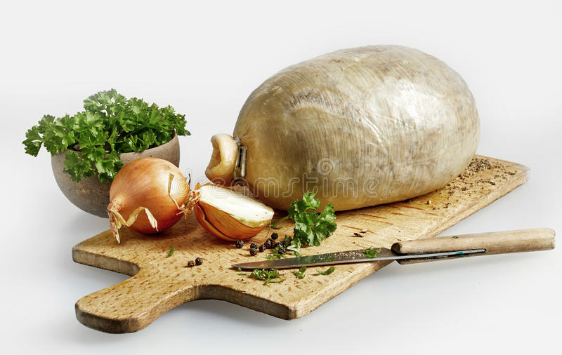 Voorbereide ongekookte haggis met ingrediënten stock foto's