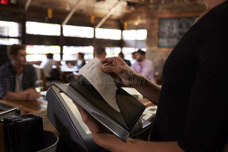 Voorbereidend de rekening bij een restaurant dat aan een lijst moet worden genomen royalty-vrije stock foto's