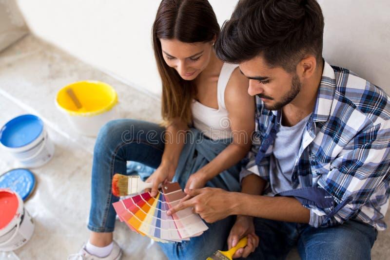 Voorbereidend en kiezend kleuren voor het schilderen van nieuw huis, vernieuwing stock foto's