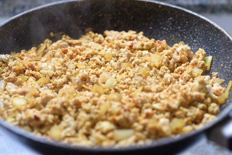 Voorbereidend gehakt beweeg gebraden gerecht met ui en kruiden in pan Selectieve nadruk stock foto