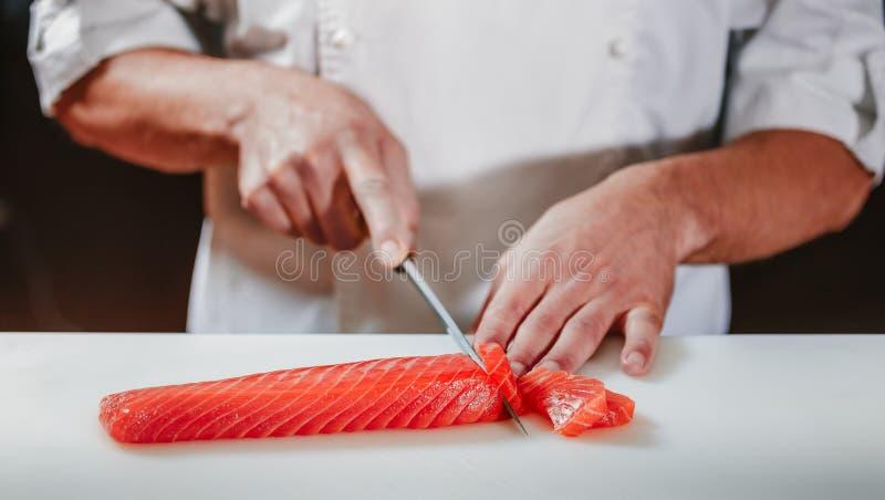 Voorbereidend sashimi in restaurantkeuken die wordt geplaatst royalty-vrije stock foto