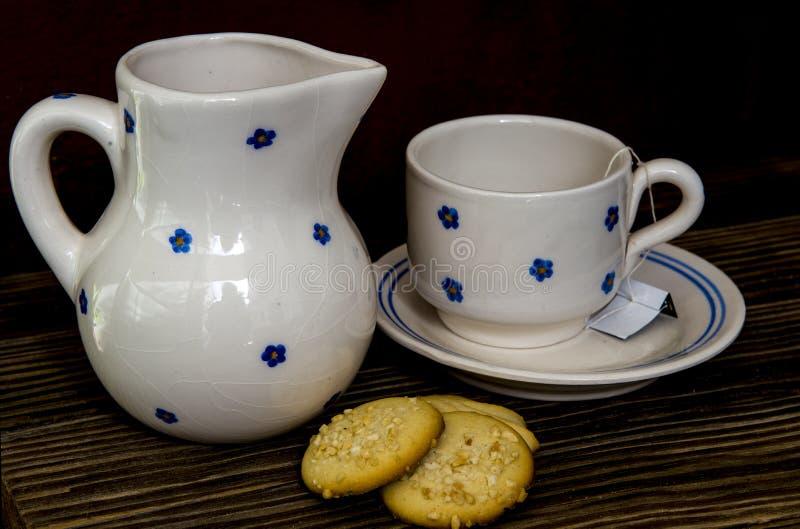 Voorbereidend thee vijf uur en gebakje royalty-vrije stock foto's