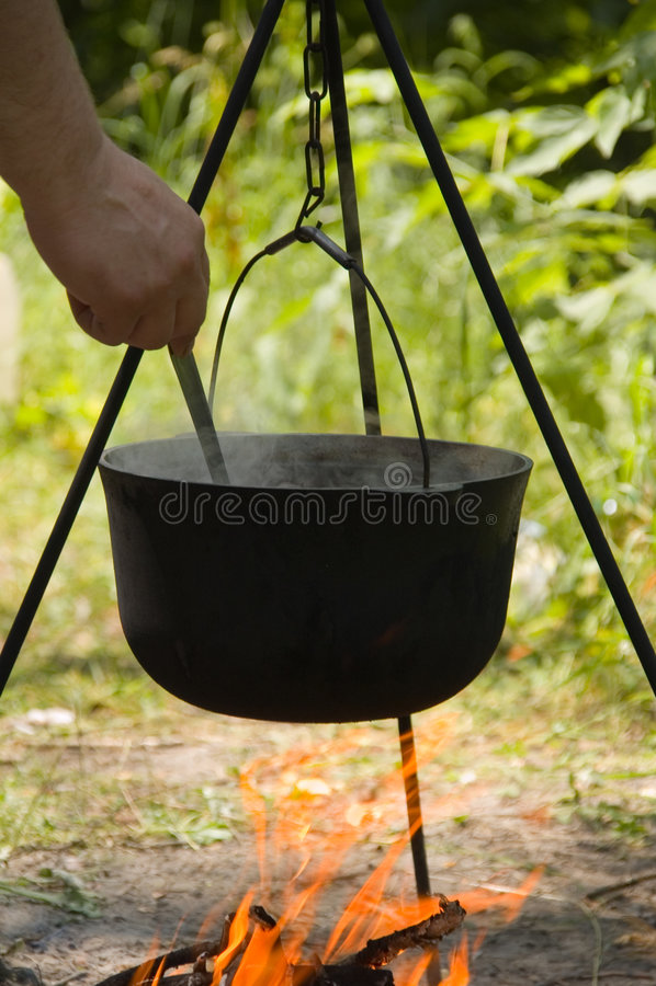 Voorbereiding een soep in een dixie royalty-vrije stock foto's