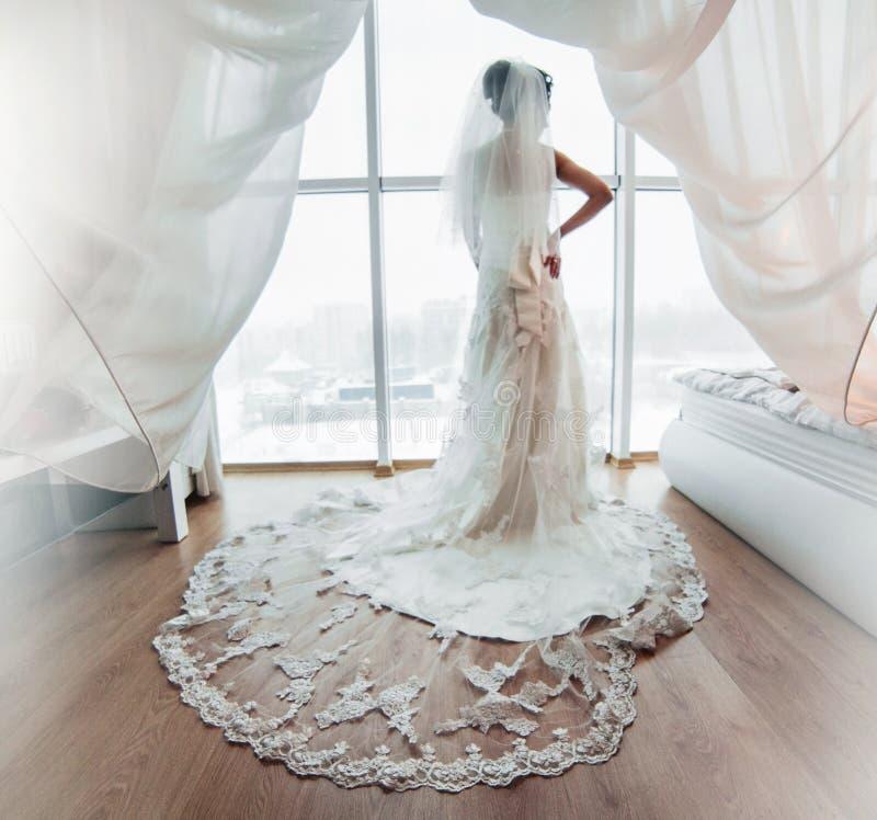 Voorbereiding van aanbiddelijke bruid royalty-vrije stock foto