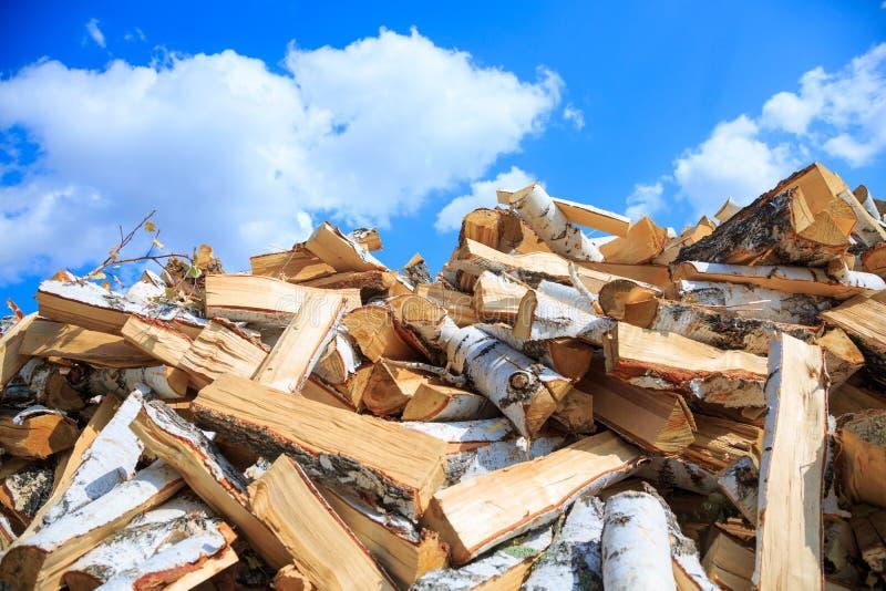 Voorbereiding van brandhout voor de winter en het gebruik voor het koken, brandhoutachtergrond stock foto's