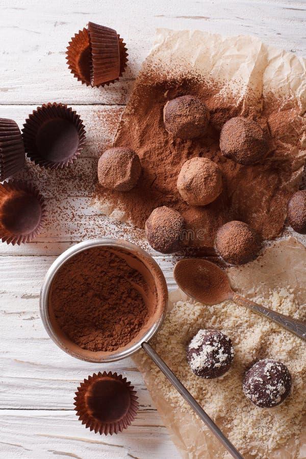 Voorbereiding van chocoladetruffels Verticale hoogste mening stock foto's