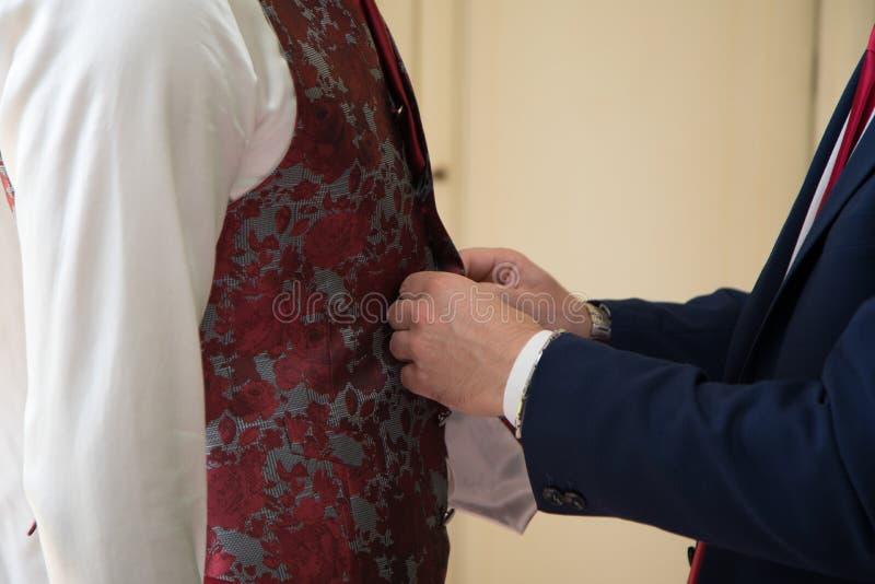 Voorbereiding van de bruidegomsochtend, knappe bruidegom die gekleed voor het huwelijk de worden royalty-vrije stock foto