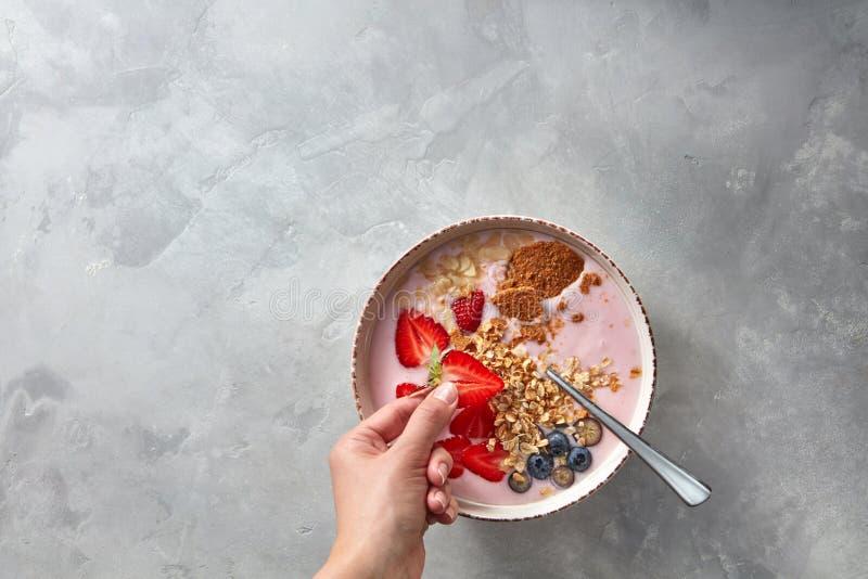 Voorbereiding van een gezonde roze die smoothie van aardbei met yoghurt en havermoutpap op een concrete achtergrond wordt gemaakt stock afbeeldingen