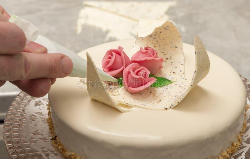 Voorbereiding van een roomijscake met decoratie bij een roomijswinkel royalty-vrije stock fotografie