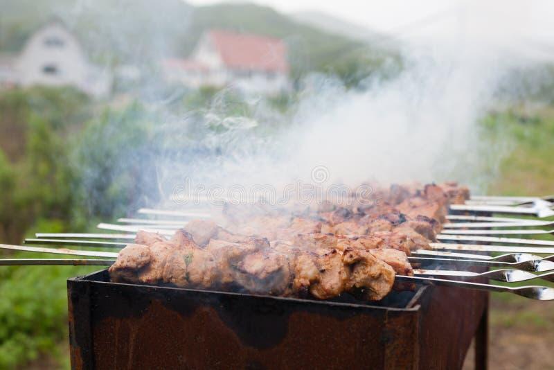 Voorbereiding van geroosterd vlees op de steenkolen royalty-vrije stock foto