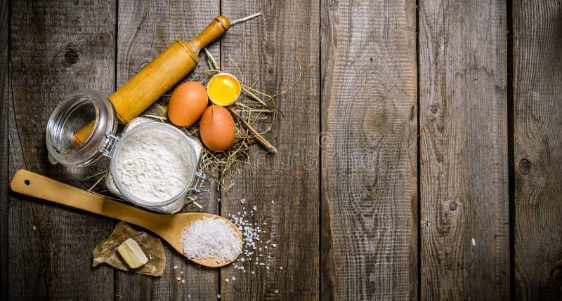 Voorbereiding van het deeg Ingrediënten voor het deeg - bloem, eieren, zout en boter royalty-vrije stock foto's