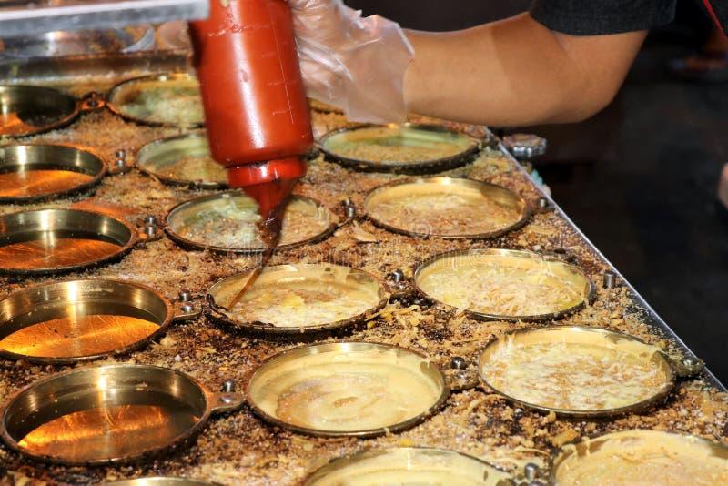 Voorbereiding van knapperige pannekoeken bij de nachtmarkt - Kota Kinabalu Sabah Borneo Malaysia Azi? stock foto's