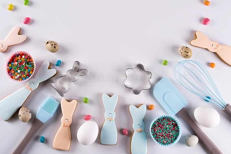 Voorbereiding van peperkoekkoekjes Pasen-koekjes in de vorm van een grappig konijn, hulpmiddelen noodzakelijk om peperkoekgebakje royalty-vrije stock afbeelding