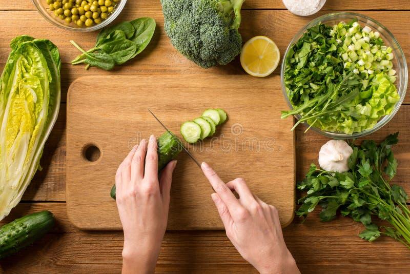 Voorbereiding van salade van verse groenten royalty-vrije stock fotografie