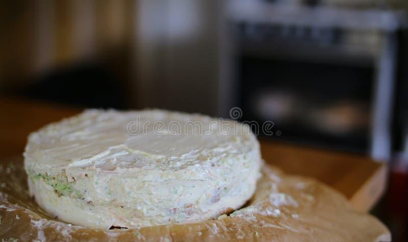 Voorbereiding van Smorgastarta, een typische Zweedse schotel, voor vaag keukenfornuis stock afbeelding