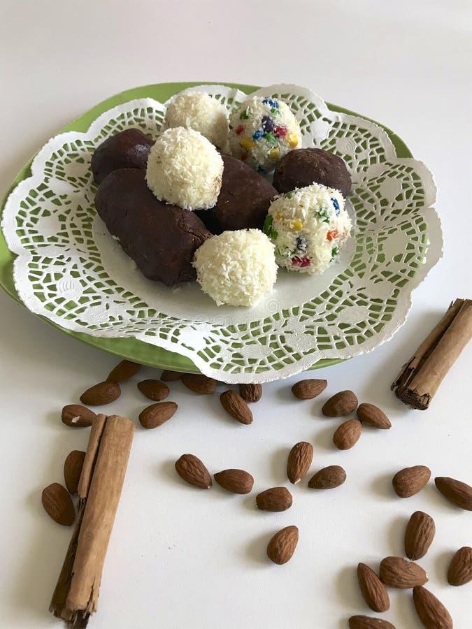 Voorbereiding van snoepjes ` Rafaello ` Voorbereiding van snoepjes en cakes royalty-vrije stock fotografie