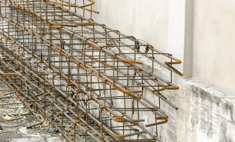 Voorbereiding van staalpolen in entrepot voor bouw bij constructi stock foto's