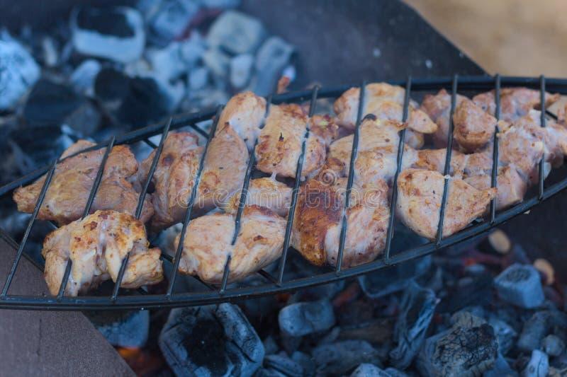 Voorbereiding van vlees op een rooster royalty-vrije stock foto's