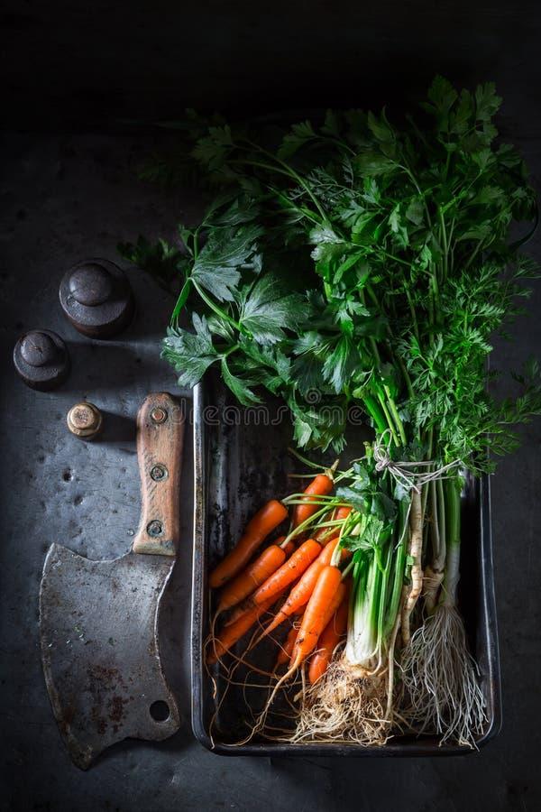 Voorbereiding voor geroosterde eigengemaakte verse groenten in bakselplaat stock afbeeldingen