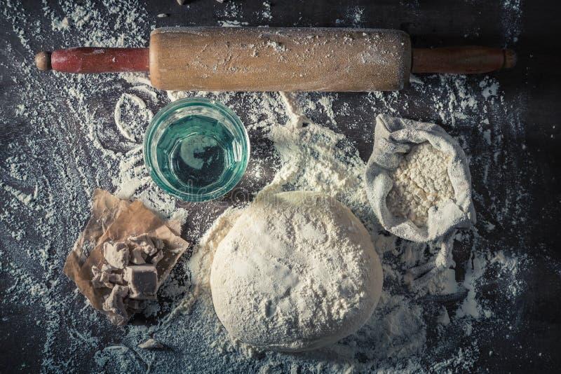 Voorbereiding voor het bakken van smakelijk en eigengemaakt deeg voor pizza royalty-vrije stock afbeeldingen