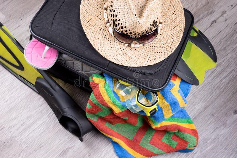 Voorbereiding voor vakantie, die met persoonlijke bezittingen wordt overbelast royalty-vrije stock foto