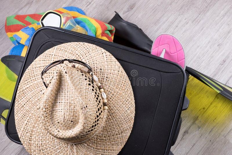 Voorbereiding voor vakantie, die met persoonlijke bezittingen wordt overbelast royalty-vrije stock fotografie