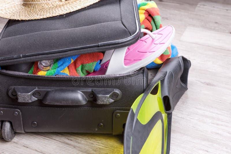 Voorbereiding voor vakantie, die met persoonlijke bezittingen wordt overbelast stock afbeelding