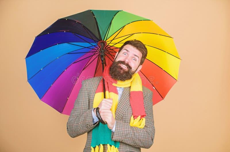 Voorbereidingen getroffen voor regenachtige dag Onbezorgd en positief Geniet van regenachtige dag Voorspel toekomstige weertenden stock fotografie