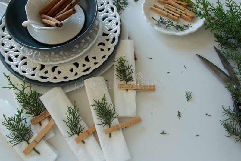 Voorbereidingen over het schikken van de lijst voor de wintervakantie De winterdecoratie royalty-vrije stock afbeeldingen